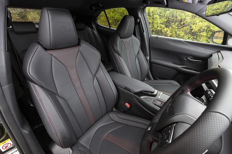 フロントシートは一体発泡成形スポーツタイプ