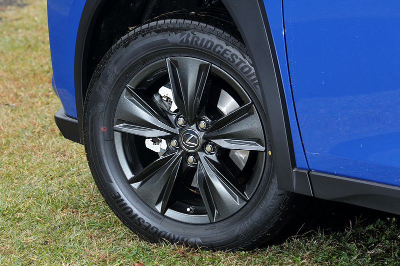 タイヤサイズは215/60 R17。アルミホイールはガーニーフラップ構造を採用しブレーキの放熱とホイール側面の整流効果を持つエアロベンチレーティングアルミホイール
