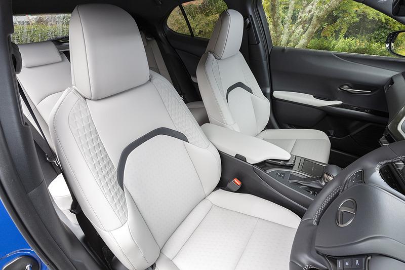 撮影車のシート表皮はオプションの本革。標準では合成皮革「L tex」になる