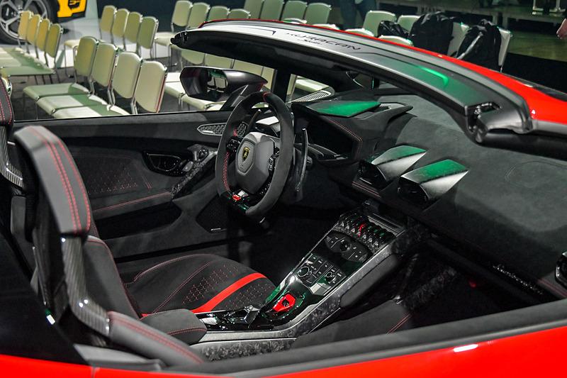 フォージドカーボンファイバー技術により、ウラカン スパイダーから35kgの軽量化に成功。0-100km/h加速は3.1秒、最高速は325km/hに達する