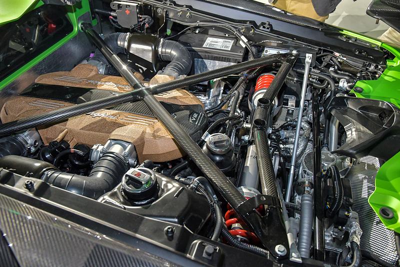 リアのエンジンカバーはSVJ用に新しく設計されたもの。軽量のカーボンファイバー製で、クイックリリースクリップで取り外せるようになっている