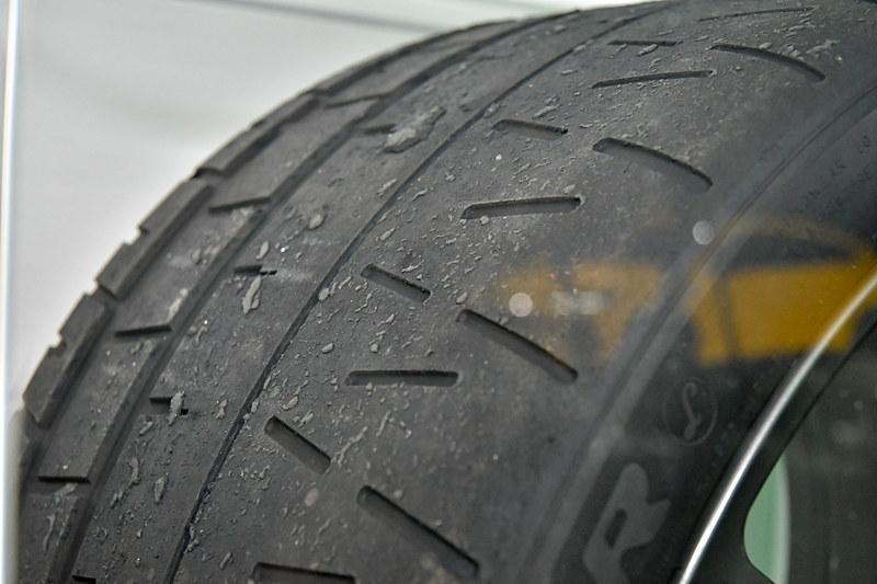 ピレリ製「P ZERO TROEFO R」タイヤは、当時のタイヤカスが付着したまま
