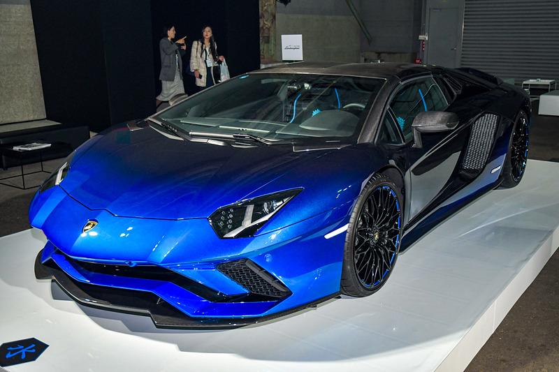 5台の限定生産モデル「アヴェンタドール S ロードスター 50th Anniversary Japan」。青いボディカラーは「水」モデル