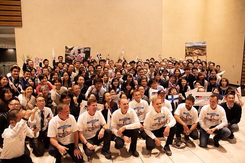 お祝いに駆けつけたトヨタ従業員と記念写真