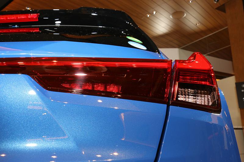 横方向に連続して発行する特徴的なリアコンビネーションランプは、両サイドをレースマシンから着想を得て縦フィン形状とした「エアロスタビライジングブレードライト」