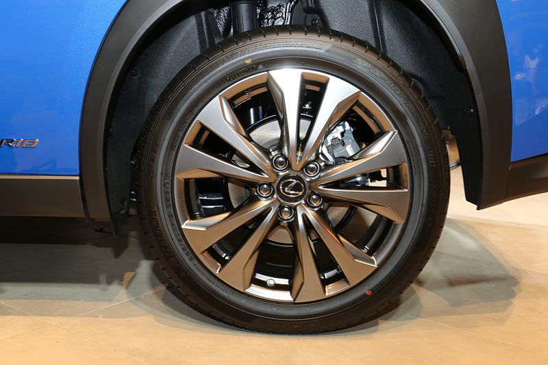 """タイヤサイズは""""version L""""と同じ225/50 RF18。アルミホイールがダークプレミアムメタリック塗装の""""F SPORT""""専用デザインとなる"""