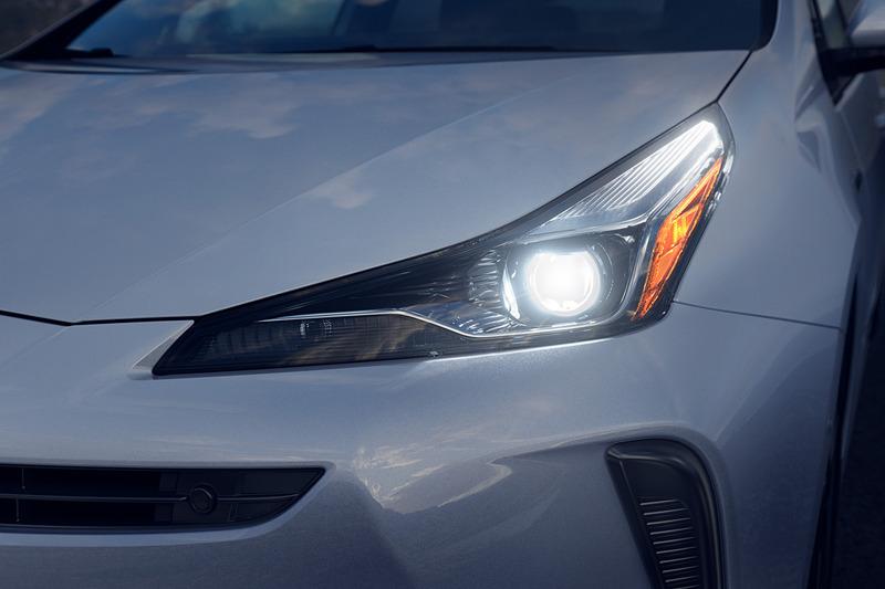 標準装備するBi-LEDヘッドライトの形状を変更