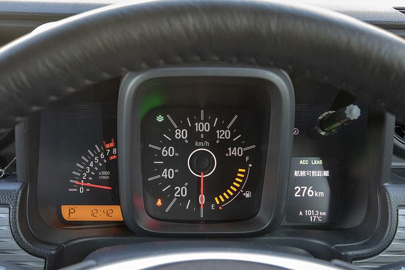 速くはないが普通に乗るぶんにはエンジンの性能的な不満はない。低速トルクがあるので、アクセルを軽く踏むだけでほかのクルマとの流れに乗って走れる