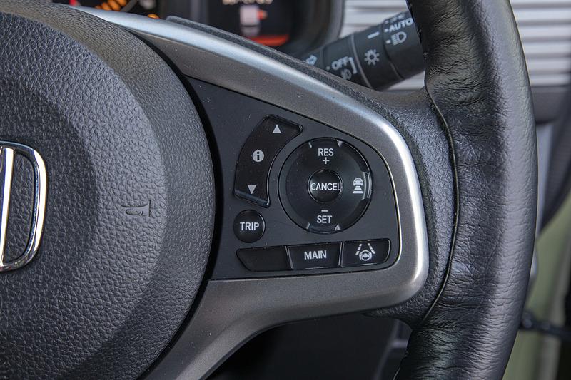 右側に運転支援機能系のスイッチがある。ACCは「MAIN」を押すと起動。丸いスイッチの上の「RES+」を押すと設定速度アップ。下の「SET-」を押すと設定速度ダウン。右を押すと車間距離の設定が行なえる。LKASのスイッチは右下
