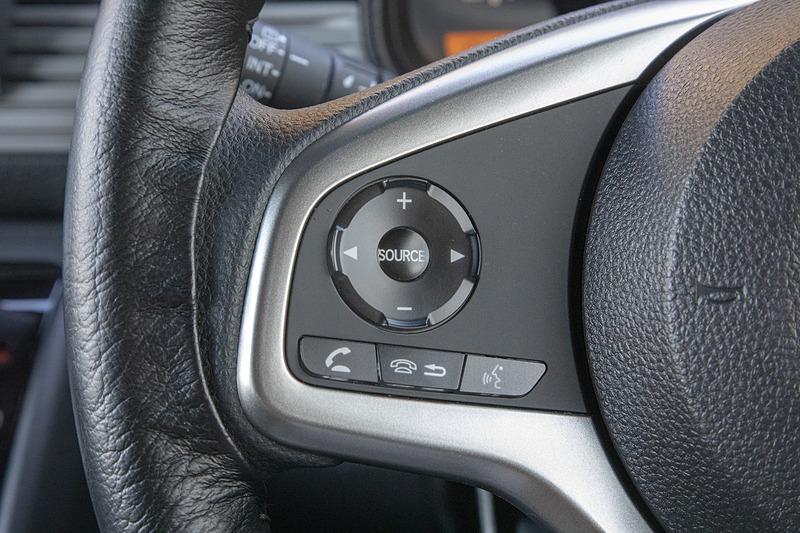 ステアリングの左側はオーディオやBluetooth接続のスマートフォン操作などのスイッチ
