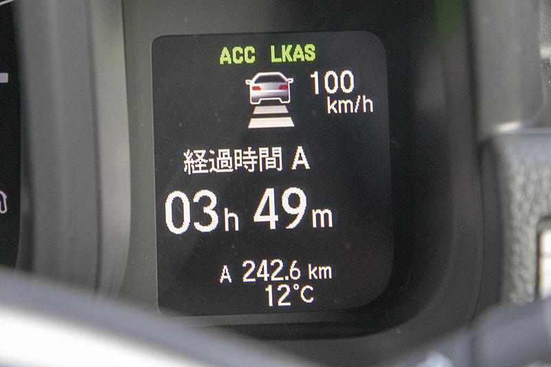 マルチインフォメーションディスプレイの上にACCやLKASの表示が出る。クルマの絵の後ろのコマが車間設定の表示。「短」「中」「長」「最長」の4段階ある。これは中の設定