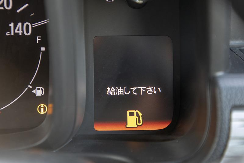 燃料警告灯が点いた時点で残量はおよそ3.7L(2WD車はおよそ4L)なので、警告灯の点灯後、約50km以内の給油が必要と覚えている