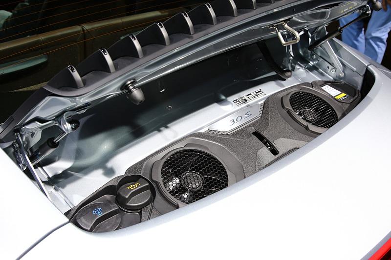 エンジンを車両後方に設定し、フロントノーズに収納スペースが設定される