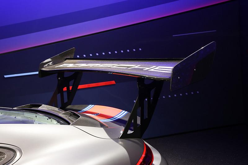 搭載するエンジンは水平対向6気筒の3.8リッターターボ。最高出力は700PSを発生する。トランスミッションは7速PDKで、車重は1390kg