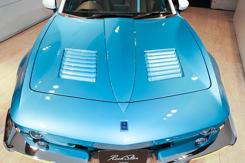 発表会で展示された車両は、ボディカラーとドアアッパートリムが「ロサンゼルスブルー」、ソフトトップは「オフホワイト」になり、Aピラーとドアミラーカバーが「クラシックホワイト」で塗装されている