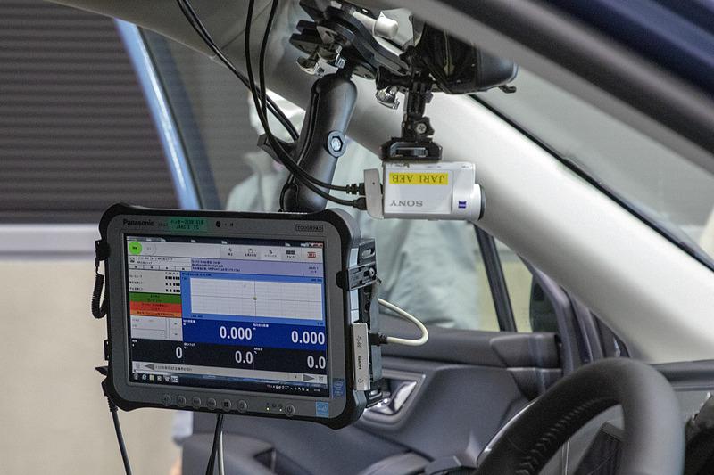 試験車の装備。ドライバーは乗車するが、人間が運転するのはクルマの位置を決めたりする時だけで、試験開始になるとPCに入っている試験プログラムに沿って「アクセルロボット」がペダルを操作。ドライバーは何も操作しない