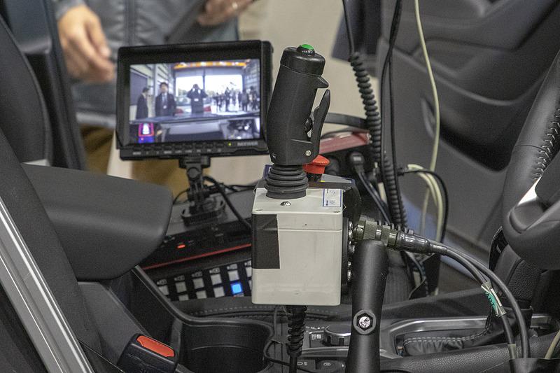 ジョイスティックはPC操作用。奥のモニターはフロントに取り付けたカメラの映像確認用