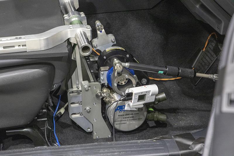 シートにフレームを付けてしっかりとベースを作った後にアクセルロボットを固定する。試験用のステアリングロボットもあるが、この試験では使用しない