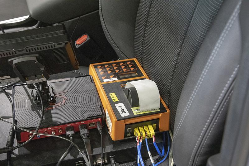 ブレーキの性能評価なので、4輪のブレーキにはテスト用の温度域が設定されている。本来のテストではブレーキの温度を65℃~100℃に上げて行なう