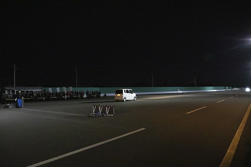 道路の明るさは15ルクス程度とアナウンスされた。デジタルカメラでもISOを32000ほどに上げないと動くものは撮れない明るさ