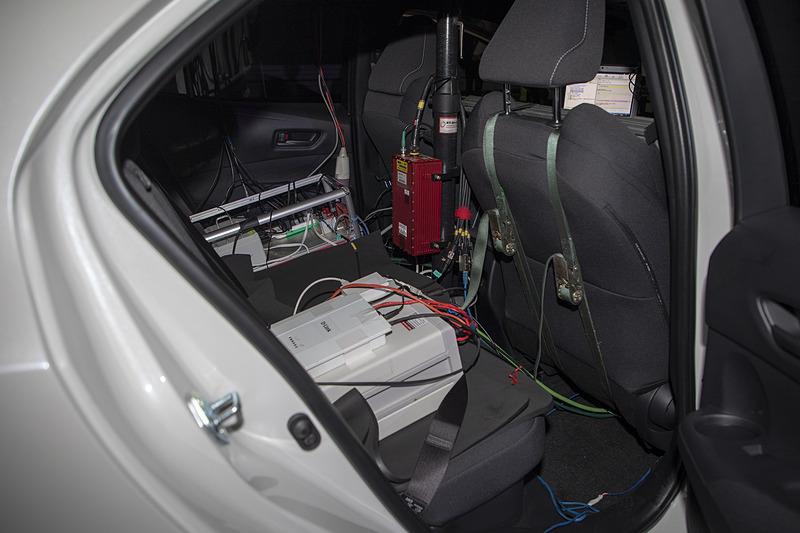 リアシートにはGPSの機器や記録用の機材が積まれていた