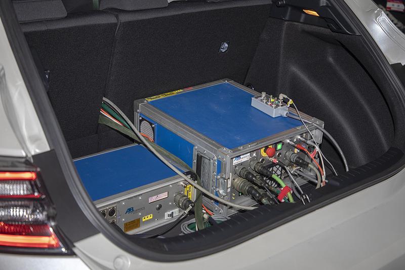 ラゲッジスペースにはロボットの動作用の装置やバッテリーが積まれている。重量は機材とドライバー含めて200kg以内に収める決まりだ