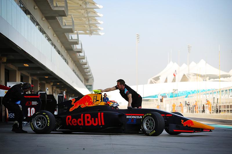 このテストのためだけにレッドブルカラーに塗られたGP3の車両でテストに参加する角田選手(写真提供:ホンダ)