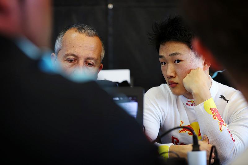 テストの間はベテランのエンジニアとデータを解析したり、足りない部分をコーチされたり。「英語のコミュニケーションはまったく問題ない」とJenzer Motorsportのチームオーナー。(写真提供:ホンダ)