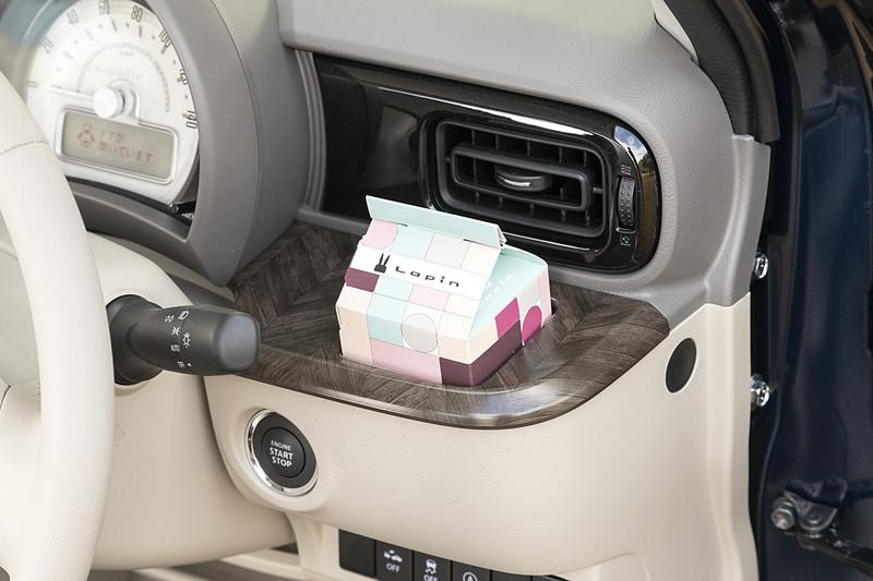 ベース車同様に、ティッシュボックスが入るインパネボックス(助手席)や、グローブボックス、500mLの紙パックに対応するインパネドリンクホルダー(運転席)、タンブラーも入るインパネドリンクホルダー(助手席)など収納も充実