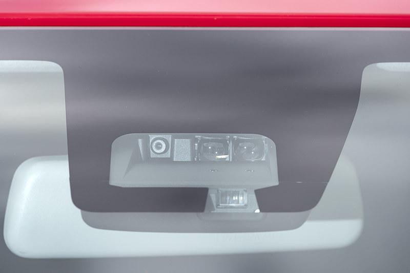 スズキの予防安全技術「SUZUKI Safety Support」の機能を大幅に強化。前方衝突被害軽減ブレーキ「デュアルセンサーブレーキサポート」の機能を向上させたほか、「後退時ブレーキサポート」「誤発進抑制機能(前方・後方)」「車線逸脱警報機能」「ふらつき警報機能」「ハイビームアシスト」「先行車発進お知らせ機能」など機能を充実