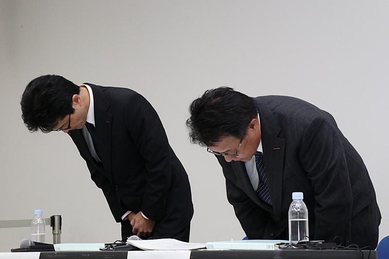 発表内容の解説の最後と会見終了時の2回、本田氏と平田氏は深く頭を下げて陳謝した
