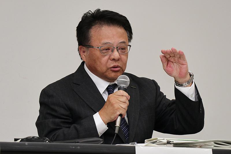 不適切な完成検査が行なわれた動機などについてコメントする本田氏