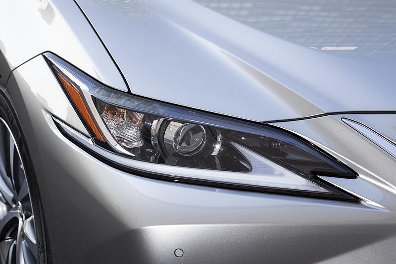 """全車でLEDヘッドライトを採用するが、""""version L""""と""""F SPORT""""では「上下2段式アダプティブハイビームシステム」にも対応する「3眼フルLEDヘッドライト」(右)を標準装備"""