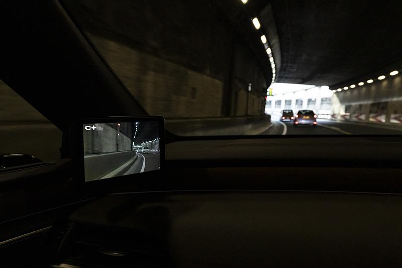 トンネル内などの暗がりでも、カメラセンサーの感度を高め、画像補正も行なって見やすく表示する