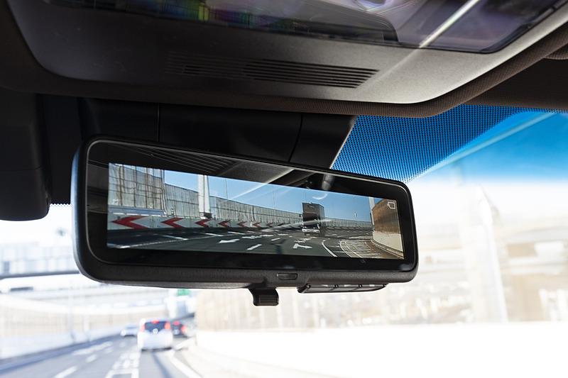 """""""version L""""と""""F SPORT""""にオプション設定(10万8000円高)する「デジタルインナーミラー」。後席乗員や全車標準装備の「電動リアウィンドウサンシェード」に遮られることなく後方確認できる"""