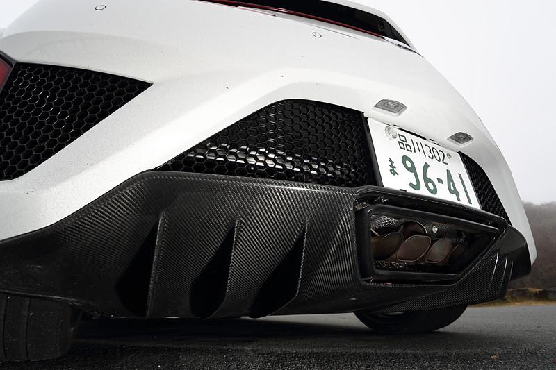 2019年モデルのエクステリアではフロントグリルをボディカラーと同色に変更し、より低く、前に出る姿勢を表現。また、冷却部分のメッシュパーツや、「カーボンファイバーエクステリアスポーツパッケージ」に含まれるカーボンパーツをグロス仕上げに変更することで質感を高めた