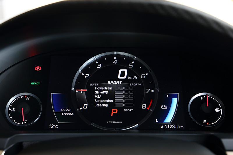 NSXでは「QUIETモード」「SPORTモード」「SPORT+モード」「TRACKモード」という4種類の走行モードを設定する