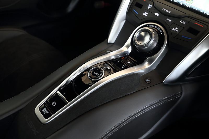 2019年モデルでは、インテリアのカラーバリエーションに「インディゴ」(セミアニリンレザー×アルカンターラ、左)、「レッド」(セミアニリンフルレザー、右)を新たに追加