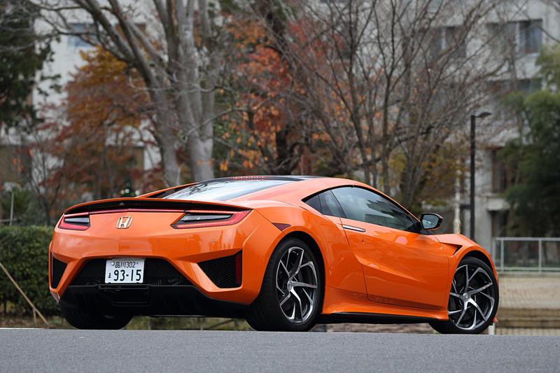 新色の「サーマルオレンジ・パール」を採用した2019年モデルのNSX。ボディサイズは4490×1940×1215mm(全長×全幅×全高)、ホイールベースは2630mm。車両重量は1800kg(カーボンセラミックブレーキローター装着車は1780kg)