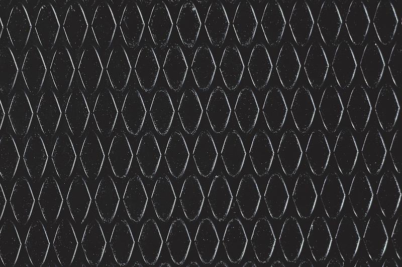 ルーフに幾何学調フィルムを付与し、ドアミラーとルーフアンテナはブラック塗装となる