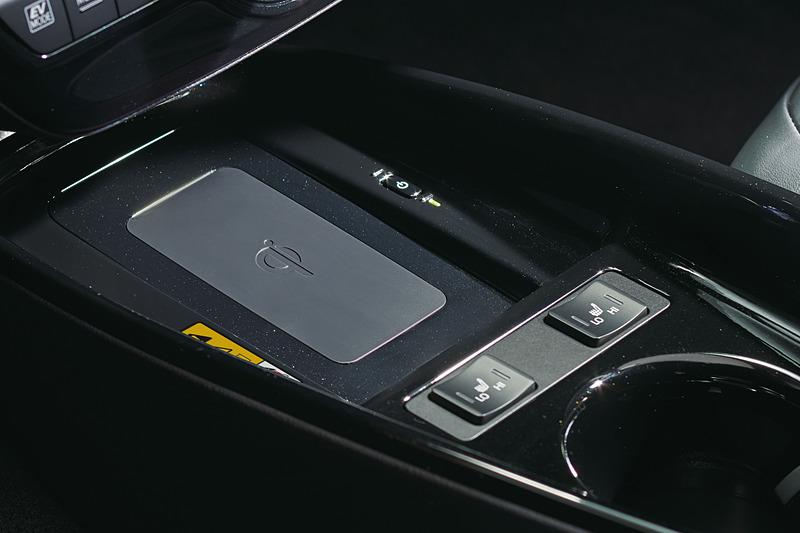 運転席と助手席に間に設定した「おくだけ充電」のスペースが拡大され、より大きなスマートフォンでもワイヤレス充電ができるようになった
