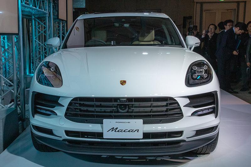 新型マカンのボディサイズは4696×1923×1624mm(全長×全幅×全高)、ホイールベースは2807mm。LEDヘッドライトや先進安全装備を追加しつつ、価格は据え置きの699万円(写真はファーストエディション)