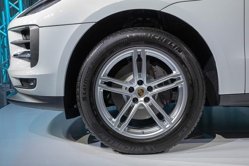 フロントタイヤサイズは235/55 R19。ブレーキはワンピースローター