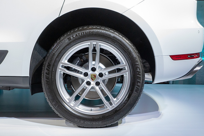 リアタイヤ。サイズは255/50 R19