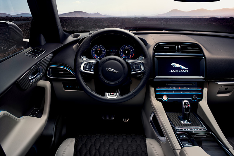 インテリアでは従来はオプション装備だった「スエード・クロスヘッドライニング」が標準仕様となり、全車でスマートフォンと連携するコネクティビティ機能を採用した