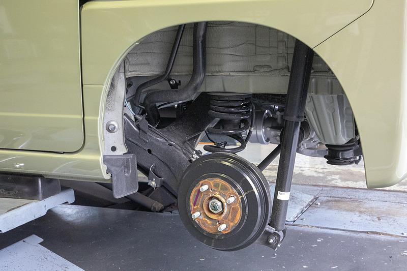 最大積載量350kgのN-VAN。今回初めてタイヤを外したが、そこで見えたリアサスに驚き。ダンパーのストロークが非常に長く、スプリングは軽商用車とは思えないほど線径が太く自由長も長い。これがあの乗り味と荷物を積んでも姿勢が変わらない秘訣だ