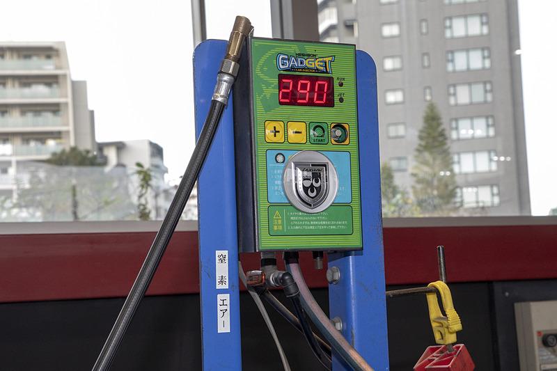 窒素ガスを入れてもらった。酸素も混じる空気と比べ、窒素だけの方が抜けにくいという特性がある