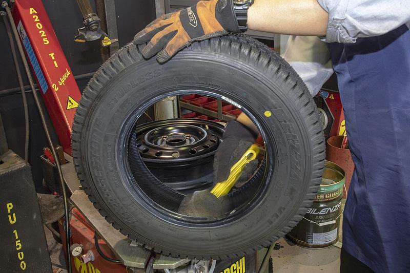 タイヤを組む時はビードの部分にビードワックスを塗るが、コクピット豊洲店ではビードの表だけでなく裏、そしてホイールにも塗る。こうした方が組み付ける時にタイヤにかかるストレスがより少なく済む