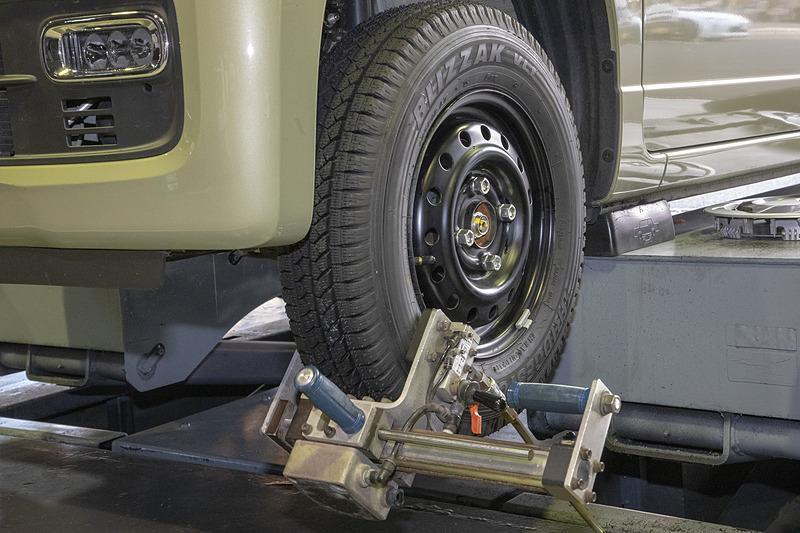 コクピットとタイヤ館では「センターフィット」という装着法を取り入れている。これはホイールを車両に取り付ける時にセンターを確実に出すためのもの。軽くナットを締めた状態で微振動をタイヤに与えながらナットを締めていくと、ハブボルトとホイールの穴のセンターがきっちり出せる。ホイールによってはハブボルトが通る穴がハブボルト径に対して少し大きめなものもあり、そんな時にはとくに有効となる