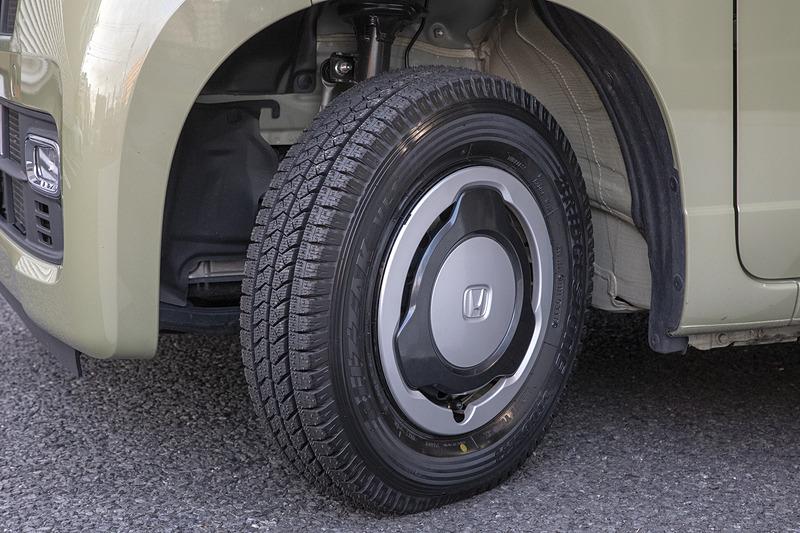 まだ都内でしか乗っていないが、タイヤ自体は標準装着の「エコピア」よりしっかりしている印象で、乗りにくさは一切ない。ブロックパターンでエアポンピング音が出にくいのか、音も意外と静か。関東近県に積雪があったら試走に行きたい